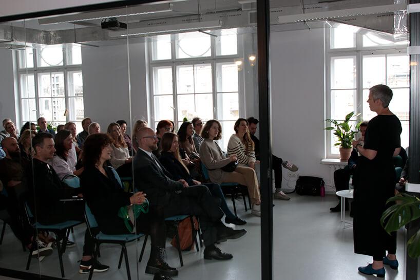 goście iprowadząca podczas prezentacji kolekcji Modernizm od Ceramiki Paradyż