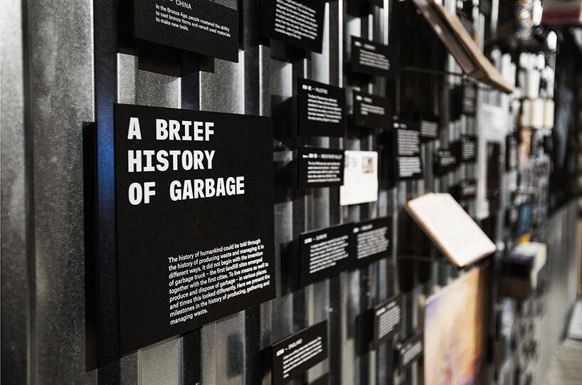 ściana zróżnymi informacjami na czarnych tabliczkach
