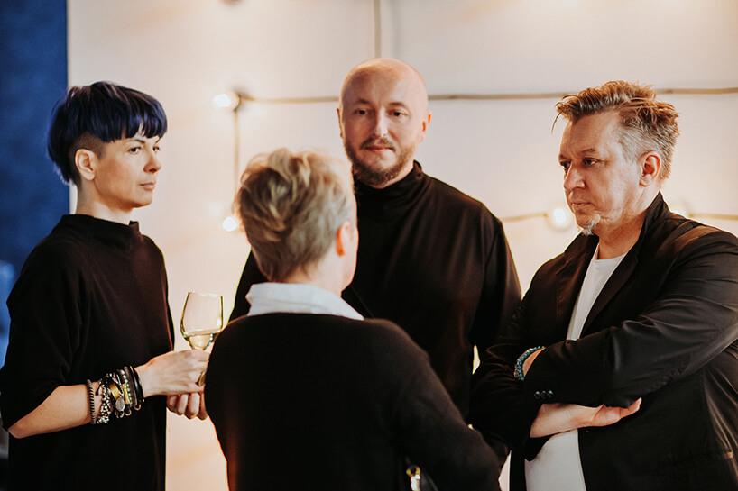 cztery osoby podczas rozmowy przy prezentacji oferty wshowroomie Aqina