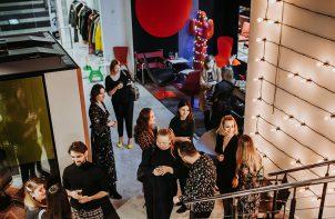 goście w showroomie marki Akina podczas prezentacji przy metalowych schodach
