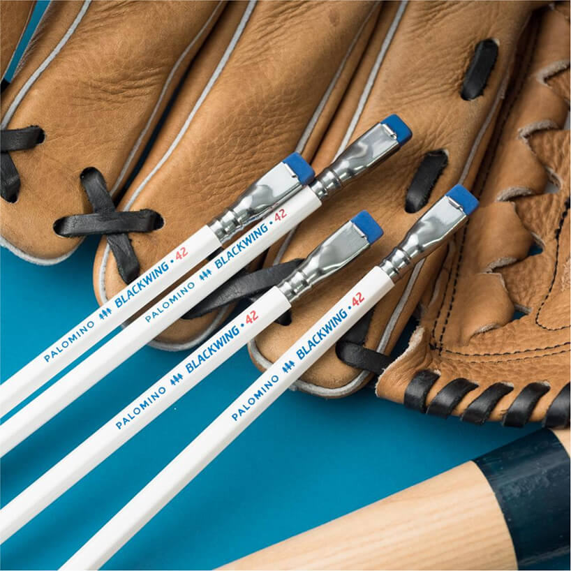 cztery białe ołówki Blackwing leżące na skórzanej rękawicy do gry dostępne wNotece