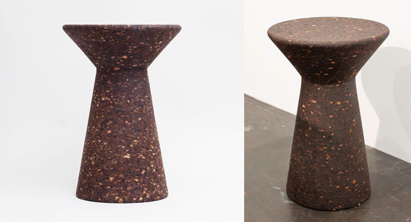 efektowny ciemny ekologiczny stołek Cork Stool od Tre Product na czarnej podłodze