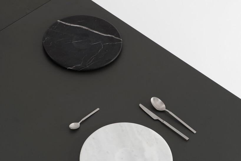 zestaw Moon Plate od Tre Product czarny ibiały talerz z3 sztućcami na czarnym blacie