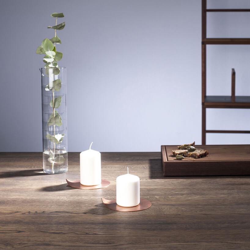 miedziany świecznik Chamberstick Candle Holder od Tre Product na drewnianym blacie