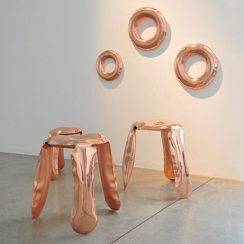 dwa miedziane stołki Plopp od Studio Zięta