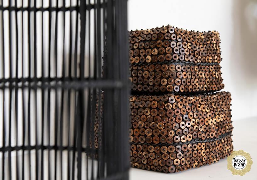 ciemno brązowe koszyki zkokosa postawione na sobie