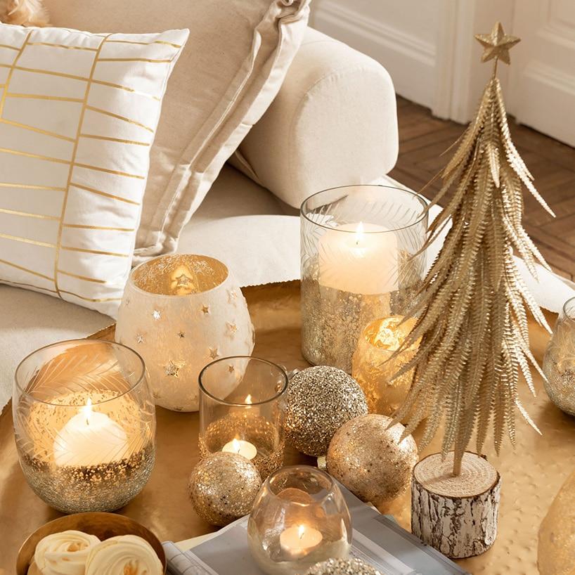 Brokatowa choinka świąteczna wjasno kremowym otoczeniu