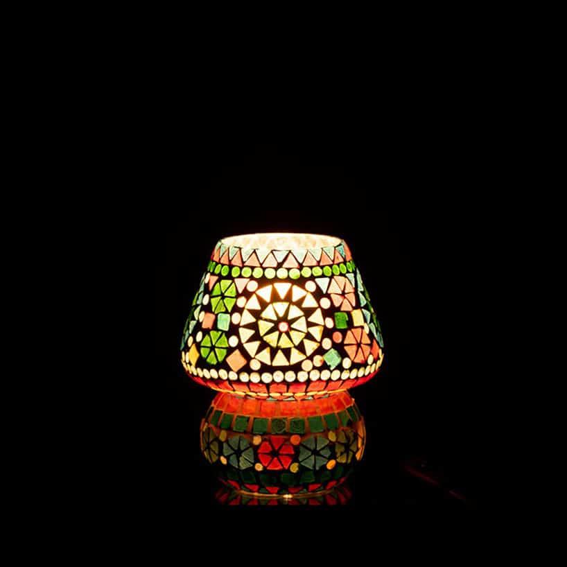 lampa stołowa zkolorowymi kropkami wczarnym pomieszczeniu