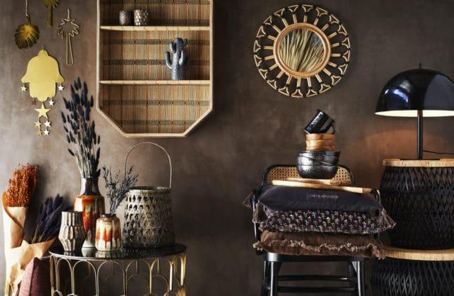 ciemne pomieszczenie z brązową ścianą oraz brązowymi ciemnymi dodatkami w formie krzesła