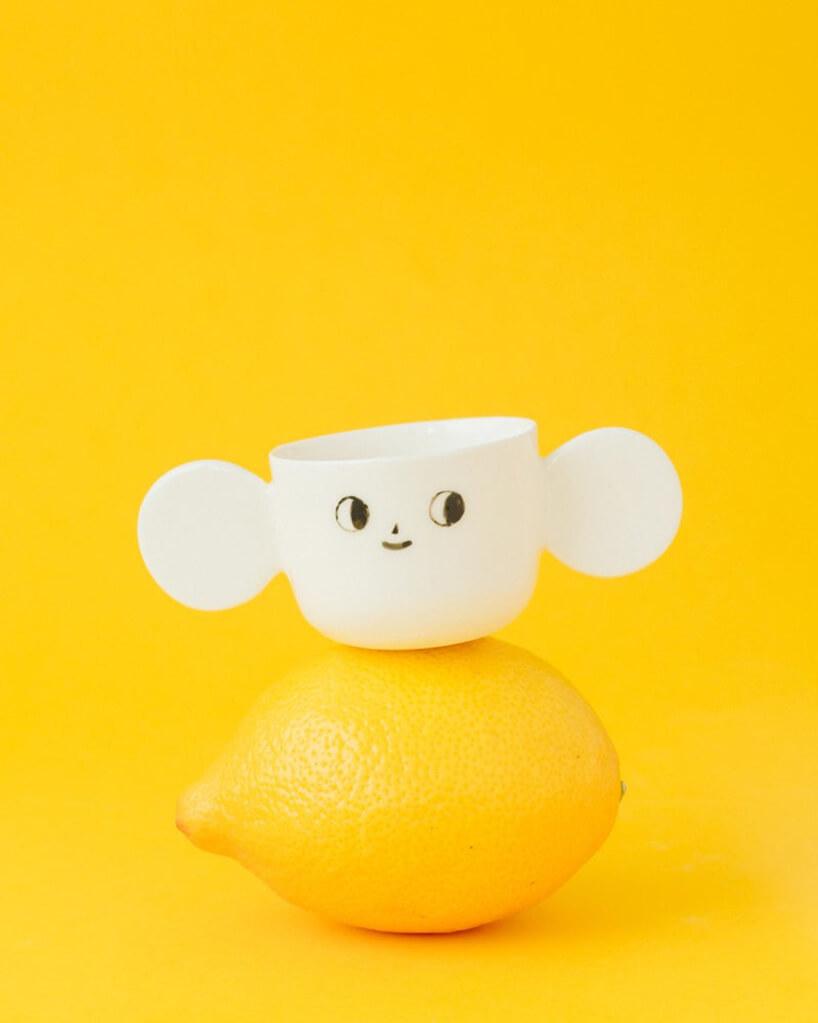 Biały kubek na cytrynie
