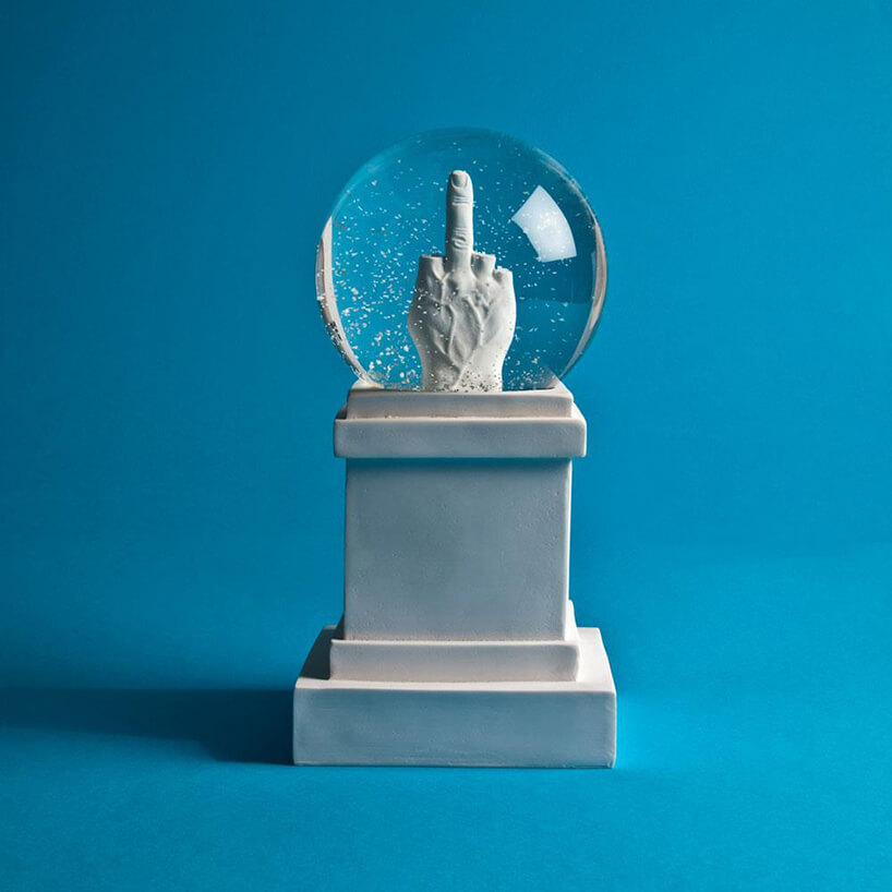 Kulka zfigurką ze środkowym palcem