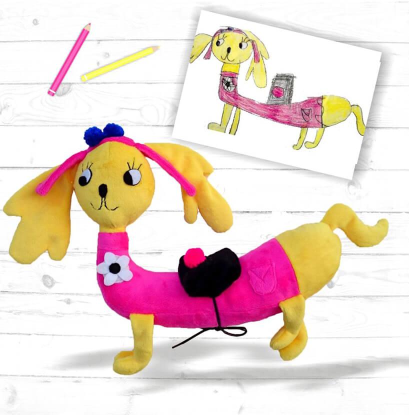 żółty jamnik maskotka wzorowana na rysunku dziecka