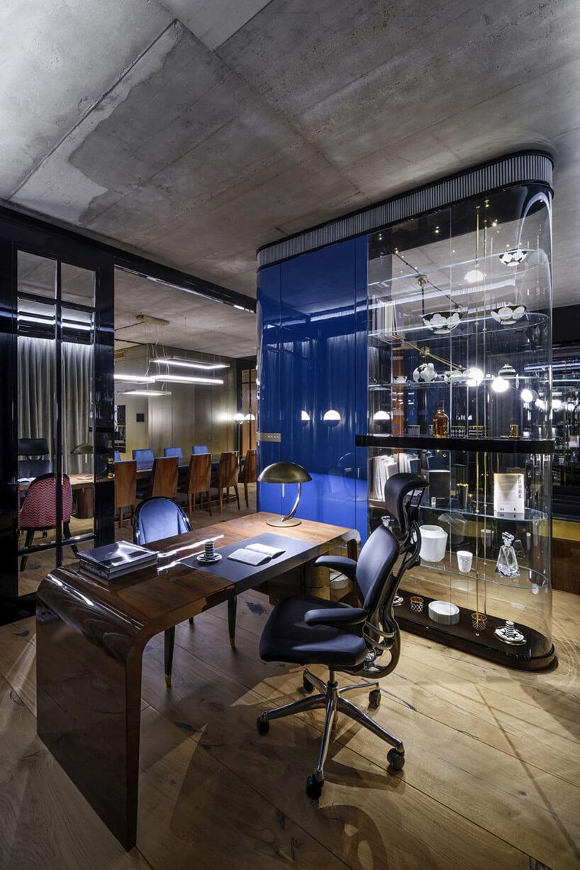 nieskie krzesło do pracy przy brązowym stole