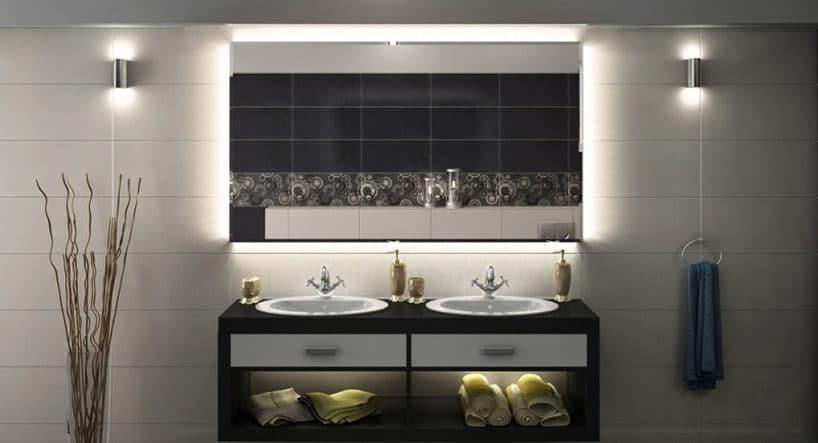 elegancka łazienka zdwoma umywalkami iciemnej szafce zpodświetleniem led lustra