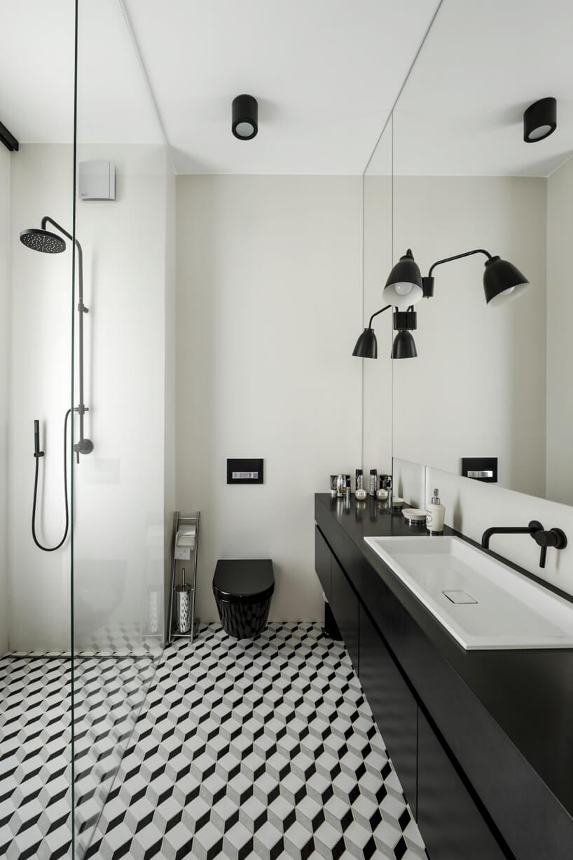 biało-czarna łazienka znatryskiem