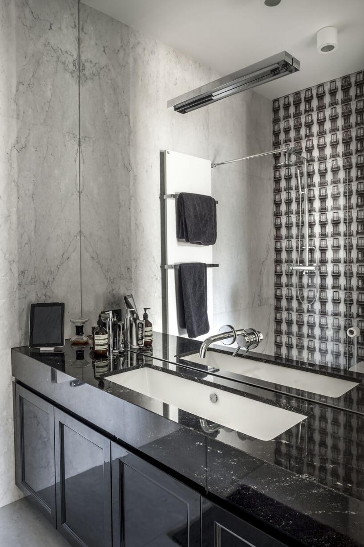 duże lustro na całą ścianę wczarno-białej łazience