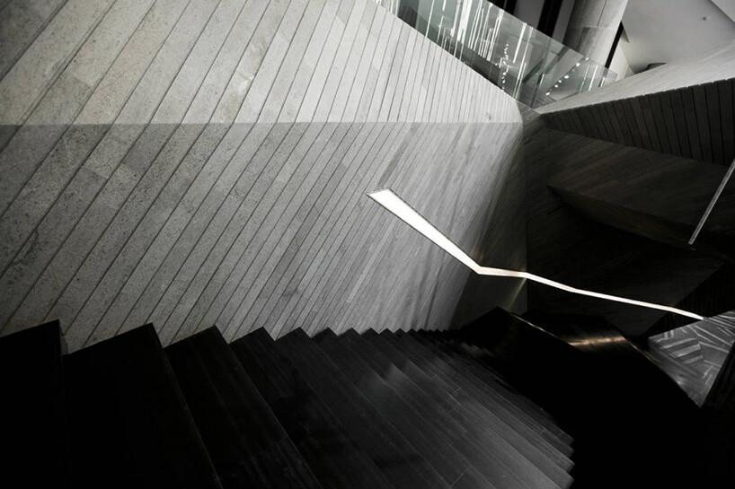 czarne stylowe schody obok szarej ściany zdesek