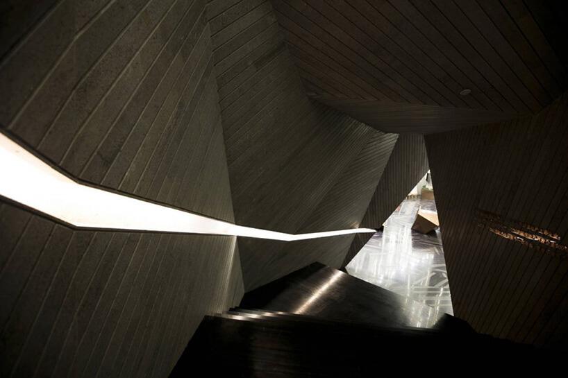 trójkątne przejście za schodami