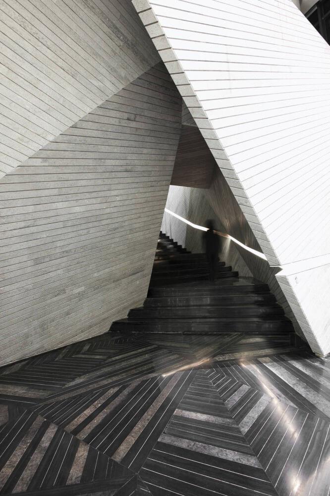 trójkątne wejście po schodach