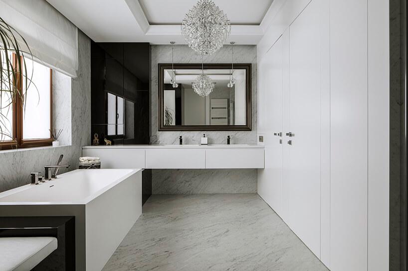 elegancka biała łazienka zbiałymi kamiennymi ścianami ipodłogą