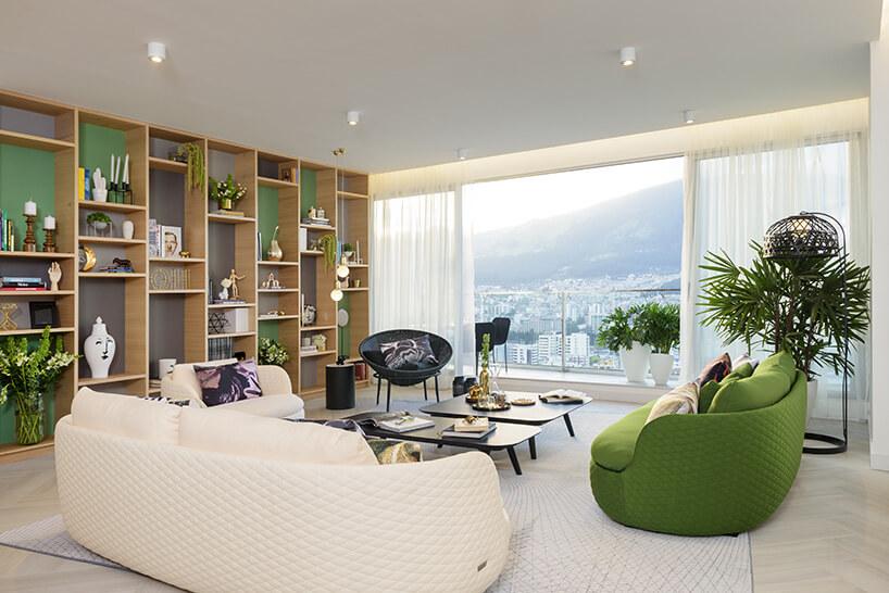 przestronny salon zdwoma sofami