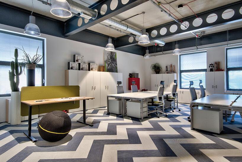 wnętrze biura zbiało szarą wykładziną Fitnice Floor od Newmor