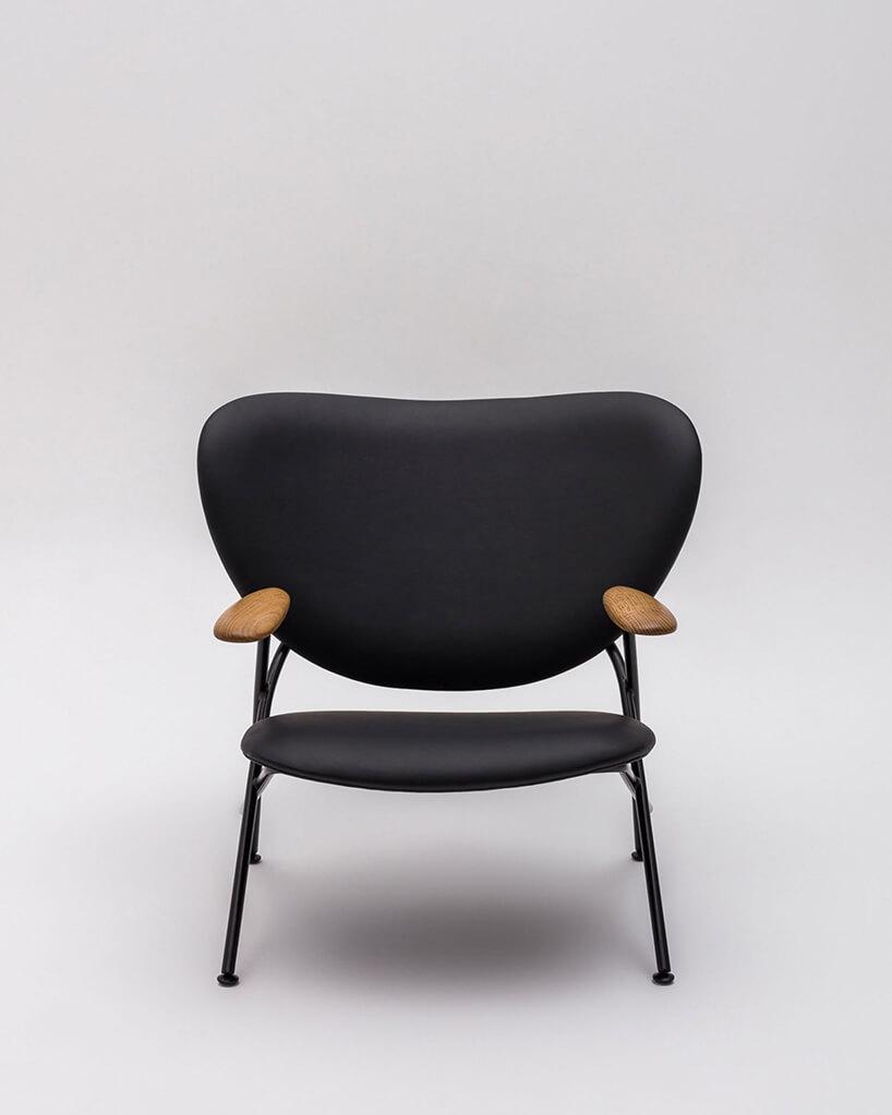 czarne krzesło Calder od Comforty projektu Jana Kochańskiego zdrewnianymi oparciami pod ręce