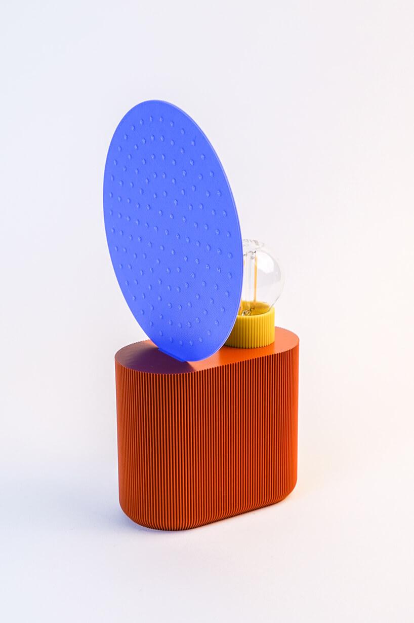wyjątkowa lampka UAU Projekt zdruku 3D zpomarańczową podstawą niebieską osłoną