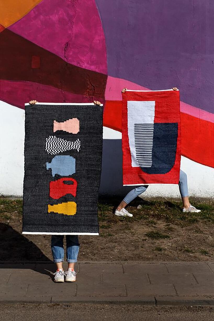 dwa kolorowe kilimy od Tartaruga Studio na tle muralowej ściany