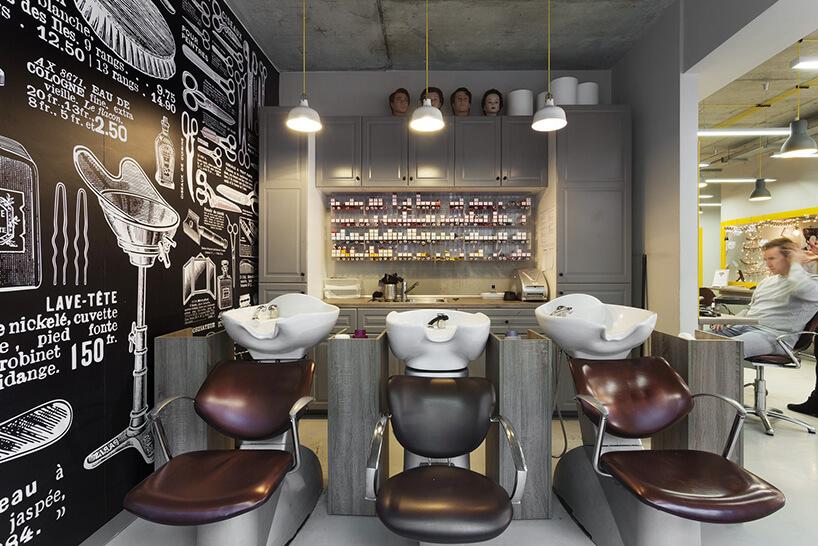 trzy fotele wsalonie fryzjerskim