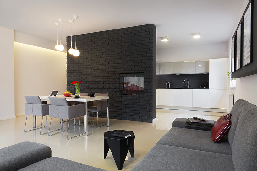 salon oddzielony od kuchni czarną ścianą