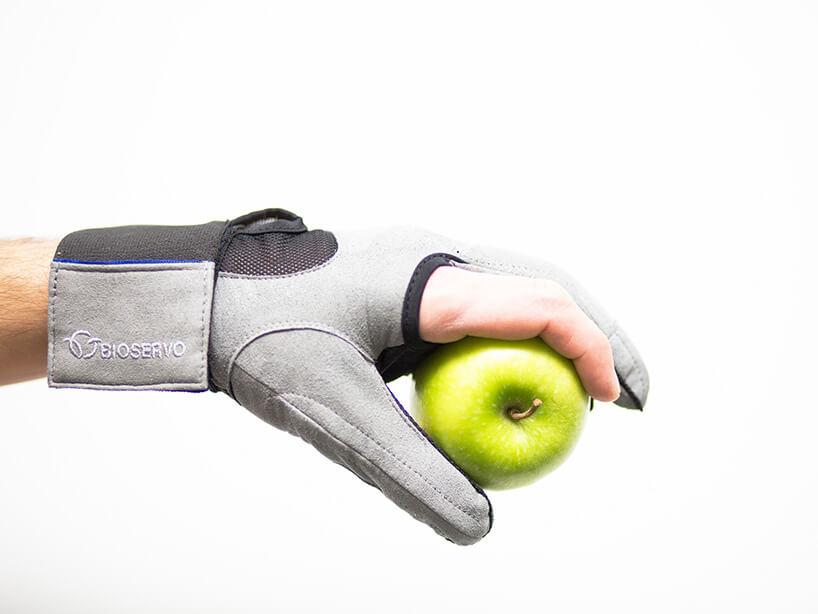 dłoń wszarej rękawicy izielone jabłko