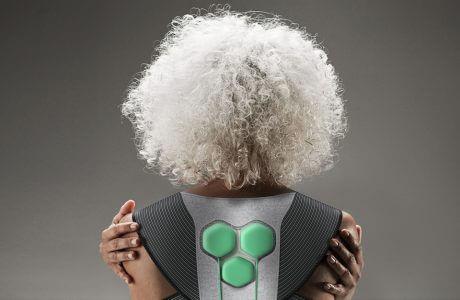 kobieta z siwymi włosami stojąca tyłem