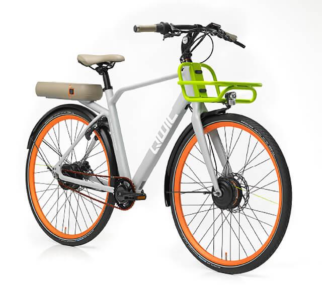 biały rower elektryczny zpomarańczowymi felgami