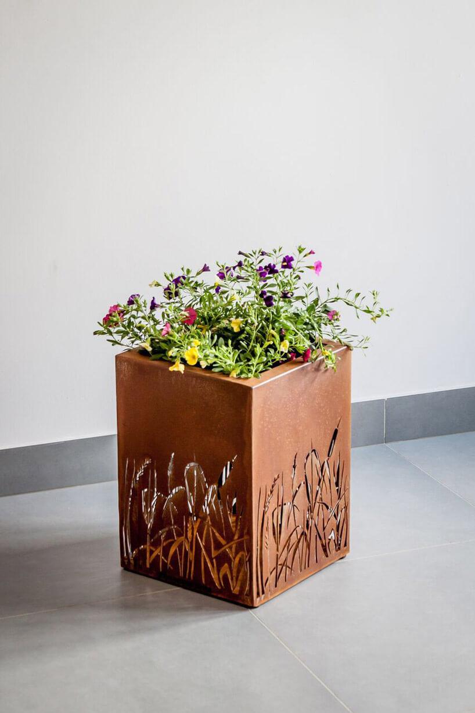 metalowa donica zkolorowymi kwiatami