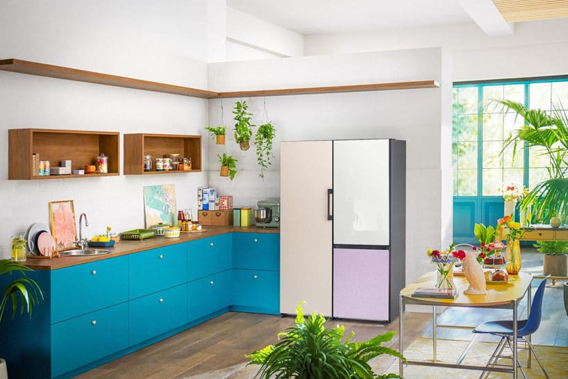 biało niebieska kuchnia zzkolorową lodówką Samsung