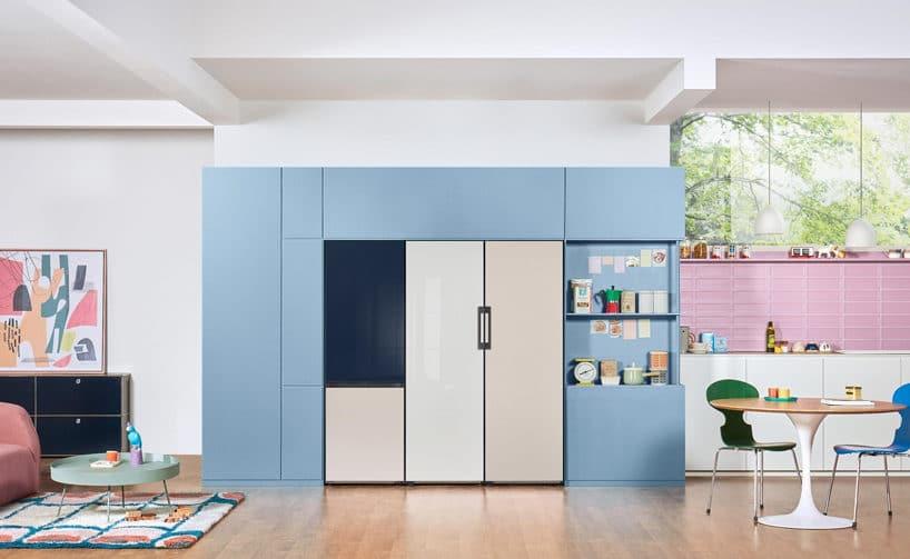 z kolorową lodówką Samsung wniebieskiej zabudowie kuchni