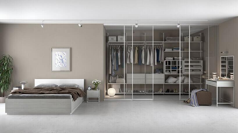 białe łóżko iszklana garderoba weleganckim pokoju