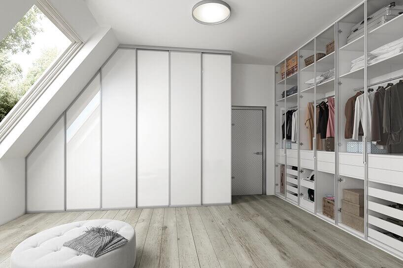 biała garderoba na poddaszu