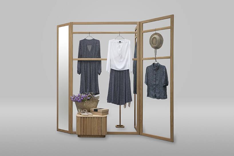 nietypowa składana szafa zpowieszonymi ubraniami