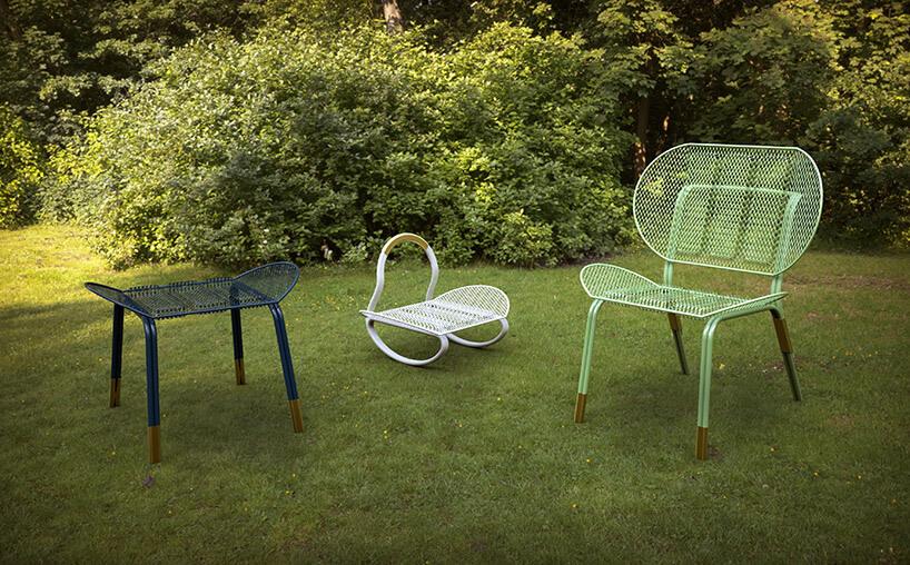 trzy nietypowe fotele stojące na trawie