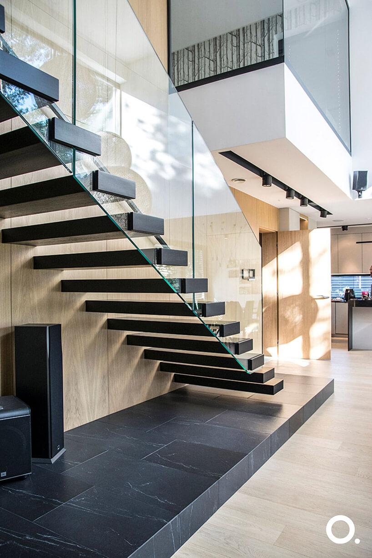 drewniane schody wewnętrzne ze szklaną balustradą