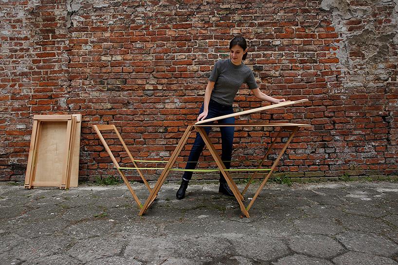 kobieta podczas rozkładania drewnianego stołu