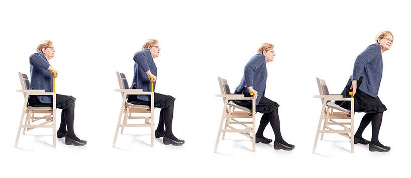 starsza kobieta wstająca ze specjalnego krzesła wstawacz