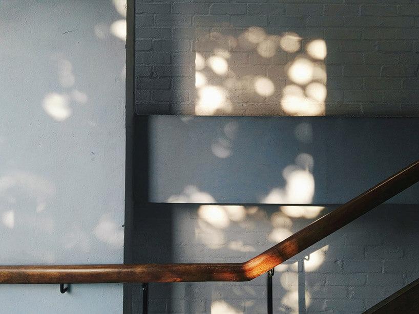 drewniana poręcz na tle szarej ściany