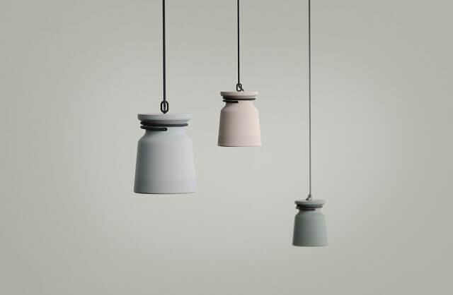 trzy małe wiszące lampy w szarych odcieniach