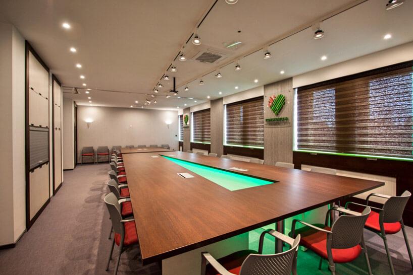 drewniany duży stół zpodświetleniem
