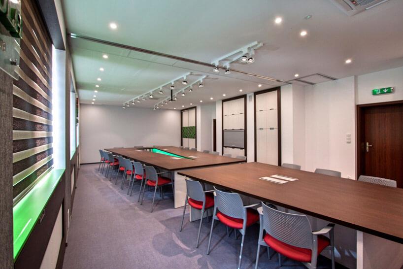 szaro-czerwone krzesła przy dużym stole wkonferencyjnej