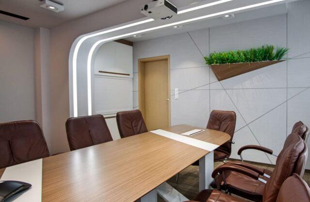 brązowe krzesła biurowe w sali konferencyjnej