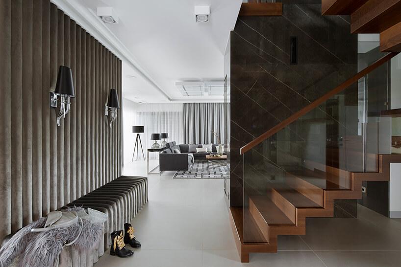 elegancki apartament Hola Design znagrodą EPA 2019-202 eleganckie brązowe schody ze szklaną balustradą